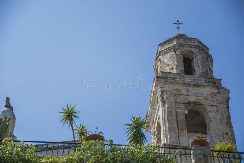Vecchio campanile rustico esteriore in Italia fotografia stock