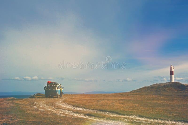 Vecchio campeggio campervan d'annata tedesco al faro ed alla baia di Porvernir, retro effetto d'annata del filtro dalla foto dent fotografia stock