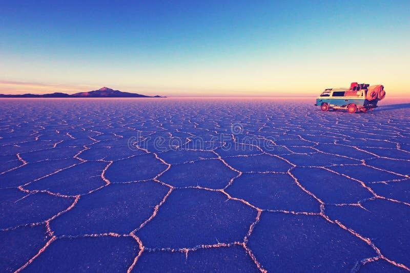 Vecchio campervan d'annata tedesco su Salar de Uyuni, lago di sale, è più grande sale piano nel mondo, il altiplano, Nashville re immagine stock libera da diritti