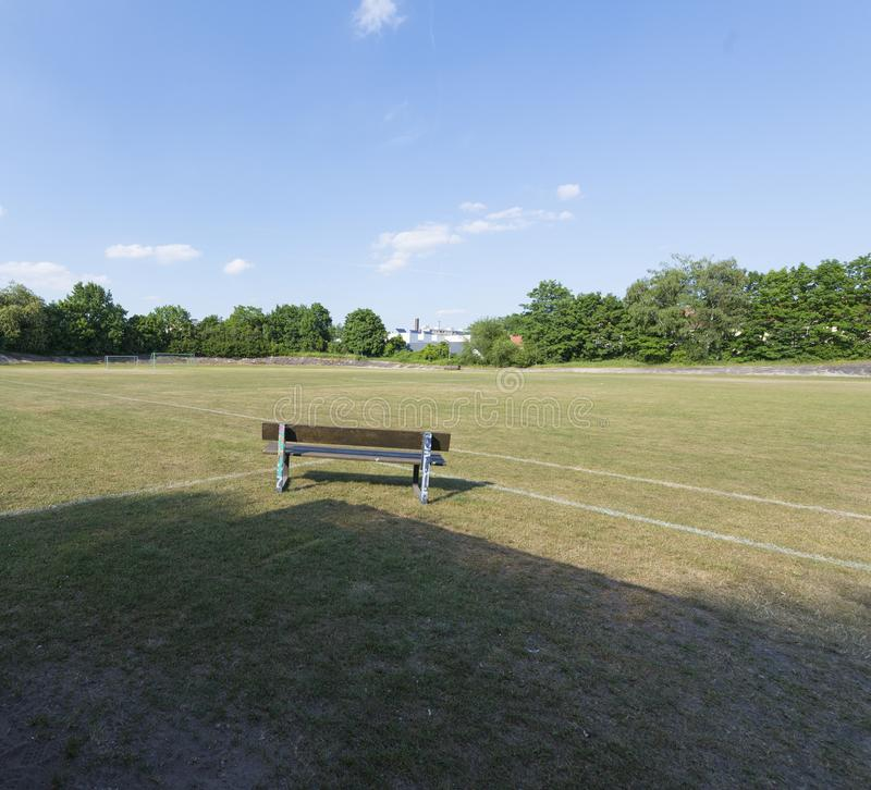 Vecchio campo di calcio di trascuratezza del banco di legno immagini stock libere da diritti