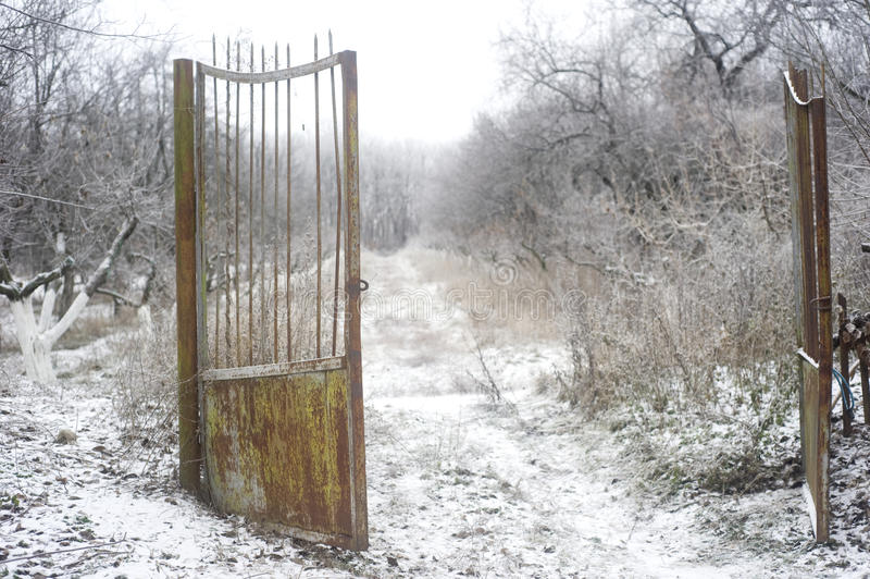 Vecchio cancello arrugginito fotografia stock libera da diritti