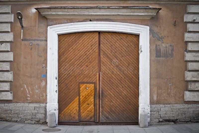 Vecchio cancello di legno con il peephole immagini stock