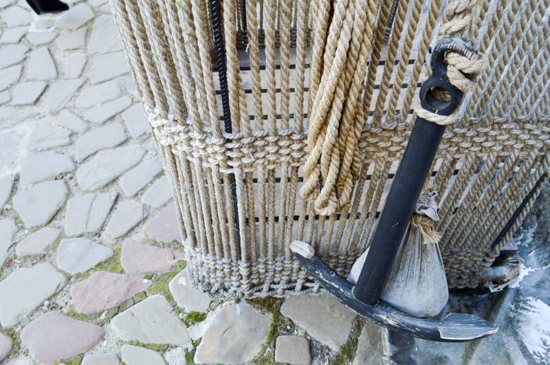 Vecchio canestro antico del grande ferro nero per un pallone della corda fotografia stock libera da diritti