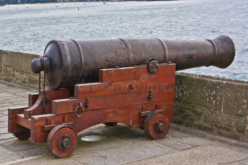 Vecchio cannone alle pareti della fortezza in San-Malo. fotografia stock