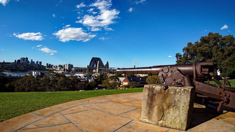 Vecchio cannone che trascura Sydney Harbour Bridge fotografia stock