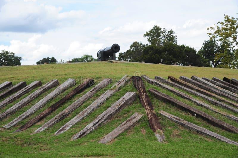 Vecchio cannone di era della guerra civile in cima ad una fortificazione militare fotografia stock libera da diritti