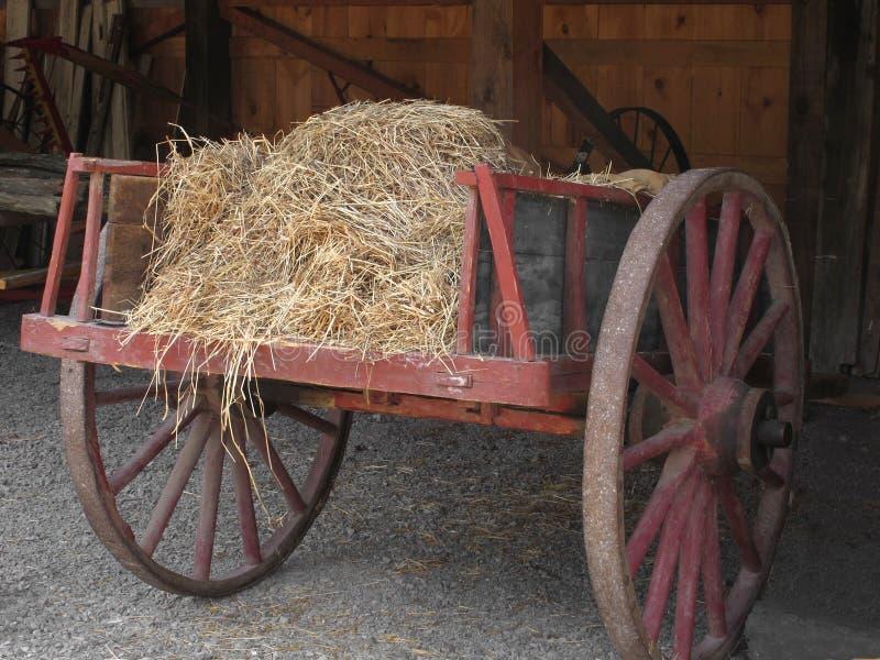 Vecchio carrello di legno con fieno. immagini stock