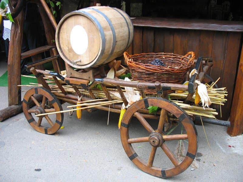 Vecchio carrello di legno con il barilotto e l'uva di legno fotografia stock libera da diritti