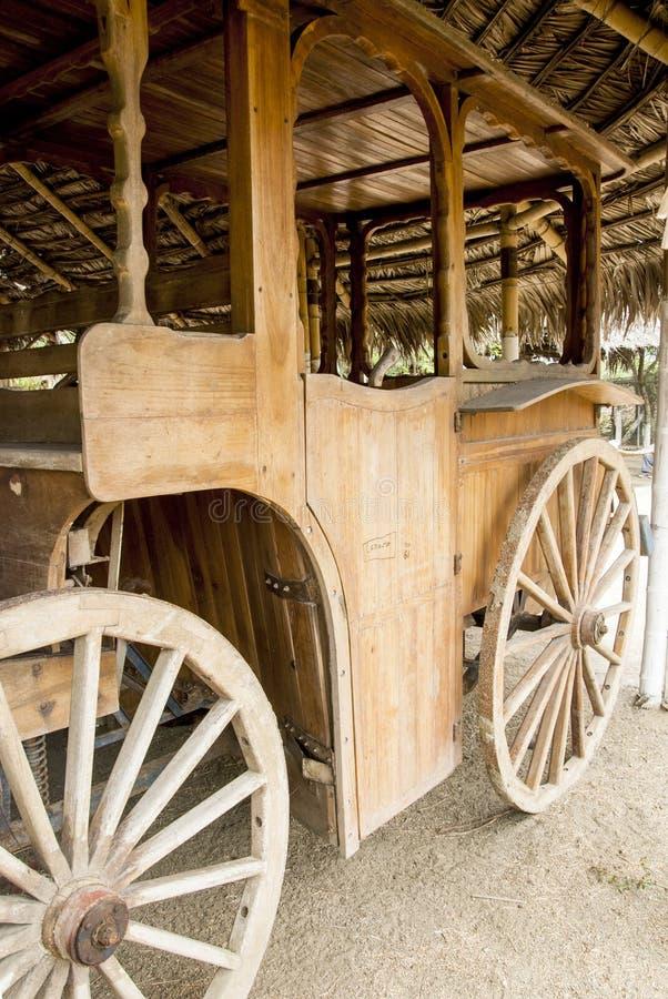 Vecchio carretto coloniale del vagone - manta - l'Ecuador fotografia stock libera da diritti