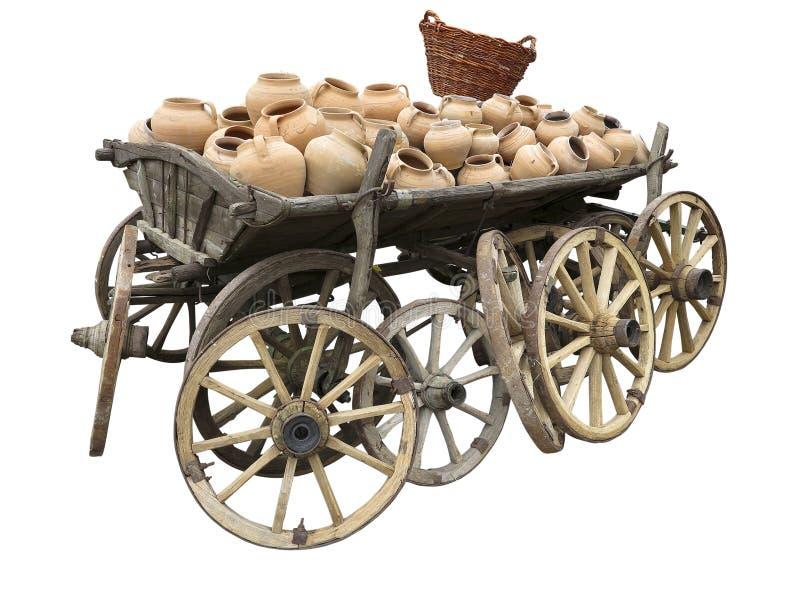 Vecchio carretto di legno in pieno delle terraglie dell'argilla, delle ruote e del canestro di vimini i immagini stock libere da diritti