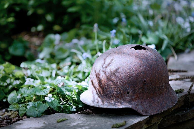 Vecchio casco militare tedesco della seconda guerra mondiale fotografia stock