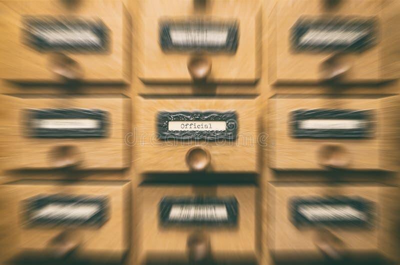 Vecchio cassetto di catalogo di legno dei file di archiviazione, archivi ufficiali immagine stock libera da diritti