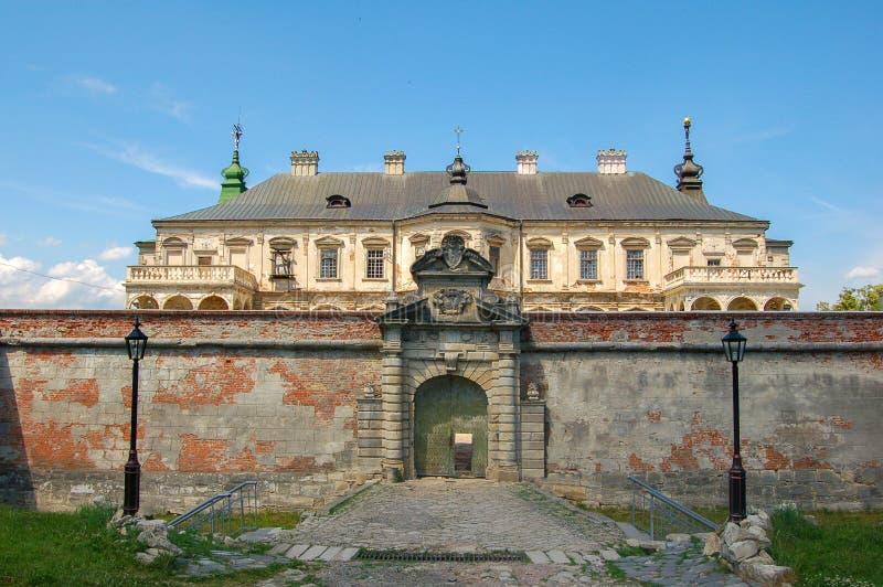 Vecchio castello abbandonato nella regione di Leopoli, Pidhirtsi, Ucraina, dal 1635 anno La vista dalla facciata frontale fotografia stock libera da diritti