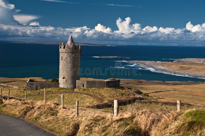 Vecchio castello irlandese antico sul ad ovest dell'Irlanda immagini stock