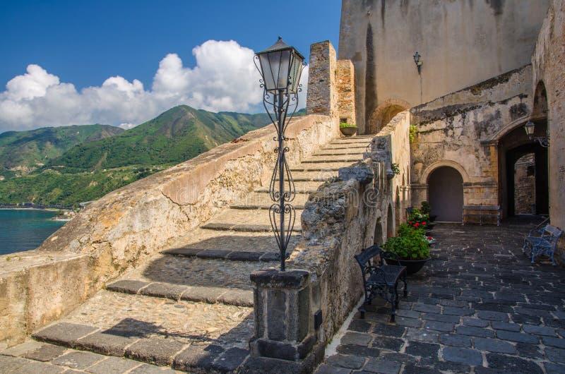 Vecchio castello medievale Castello Ruffo, Scilla, Italia del cortile fotografia stock libera da diritti