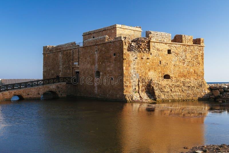 Vecchio castello sulla costa di mar Mediterraneo Pafo, Cipro Luce luminosa di tramonto fotografia stock libera da diritti