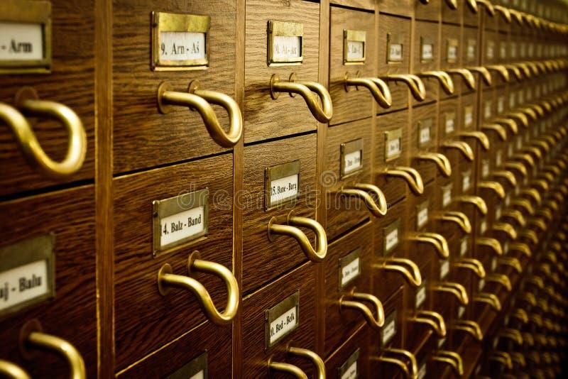 Vecchio catalogo di scheda delle biblioteche immagini stock