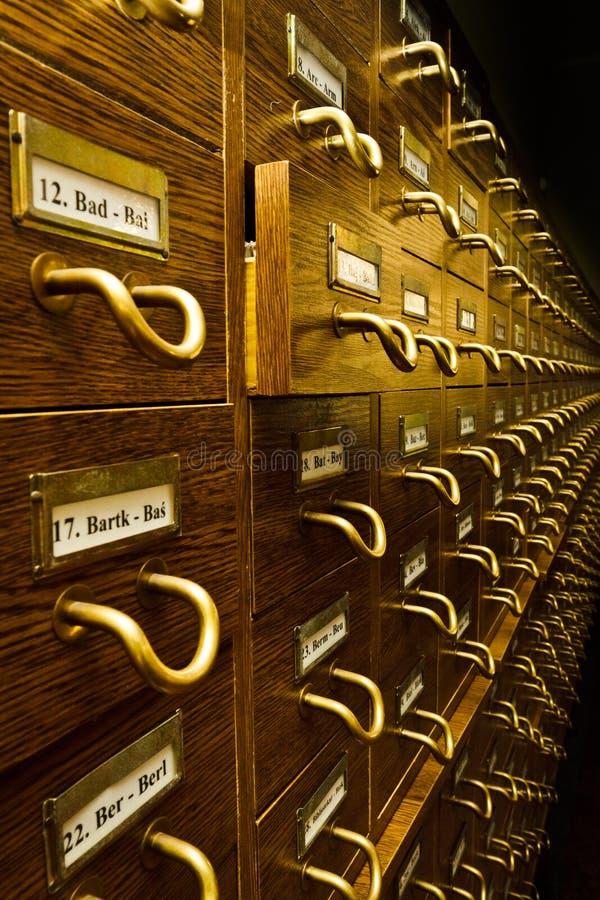 Vecchio catalogo di scheda delle biblioteche fotografia stock libera da diritti