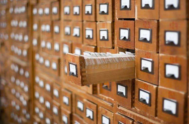 Vecchio catalogo di scheda di legno con un cassetto aperto fotografia stock