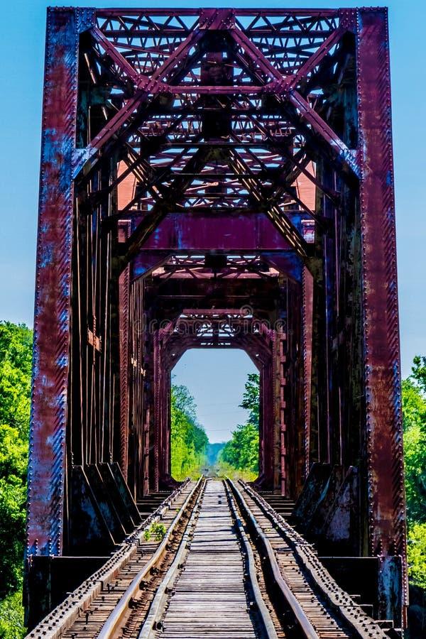 Vecchio cavalletto della ferrovia con un vecchio ponte di capriata iconico del ferro immagini stock libere da diritti