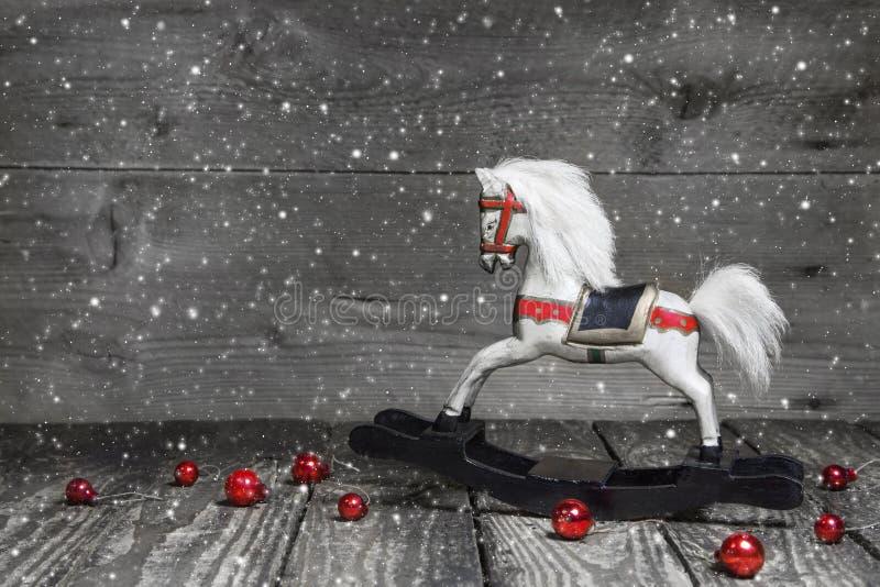 Vecchio cavallo di legno - decorazione elegante misera di Natale - fondo fotografia stock libera da diritti