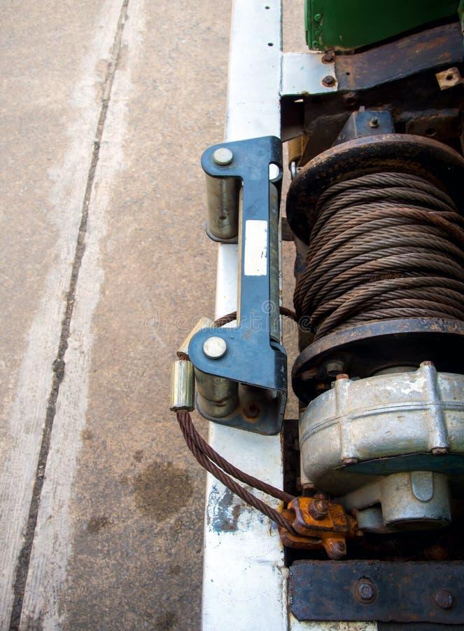 Vecchio cavo dell'imbracatura dell'argano elettrico davanti all'automobile 4wd immagine stock