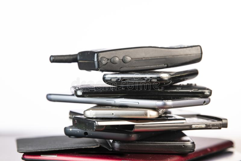 Vecchio, cellulare rotto ed obsoleto su fondo di legno fotografie stock libere da diritti