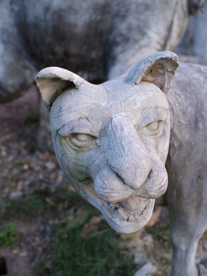 Vecchio cemento Lion Statue immagine stock