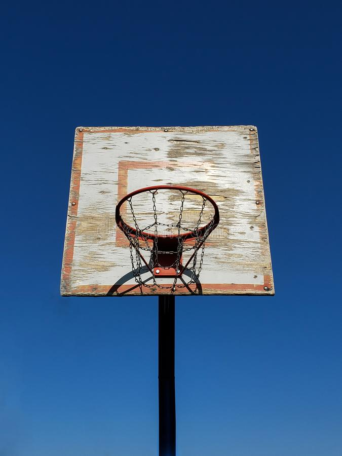 Vecchio cerchio di pallacanestro in un'arena di pallacanestro fotografia stock