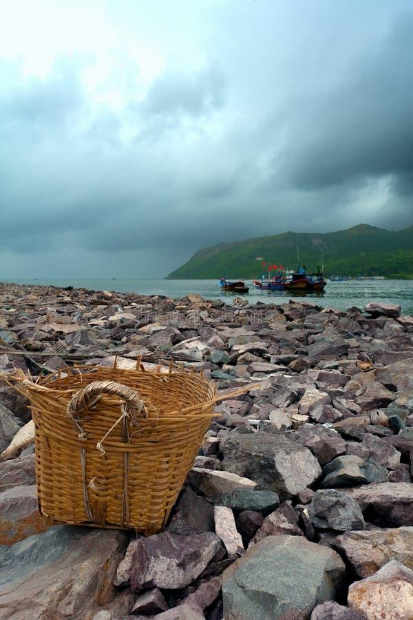 Vecchio cestino sulla spiaggia fotografie stock