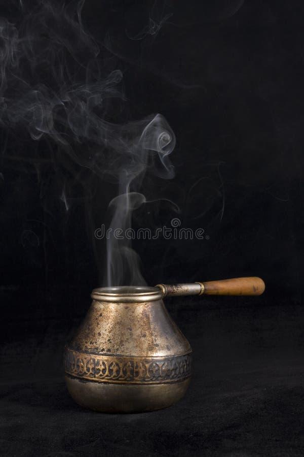Vecchio cezve con fumo fotografie stock libere da diritti