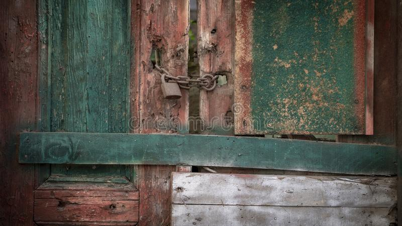 Vecchio chiuso a chiave ha dipinto il fondo di legno della porta fotografie stock