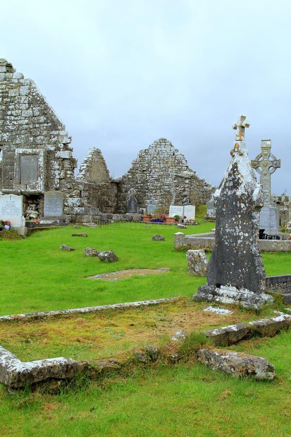 Vecchio cimitero con le croci celtiche e le pareti di pietra indipendenti delle costruzioni, Irlanda, novembre 2014 fotografia stock