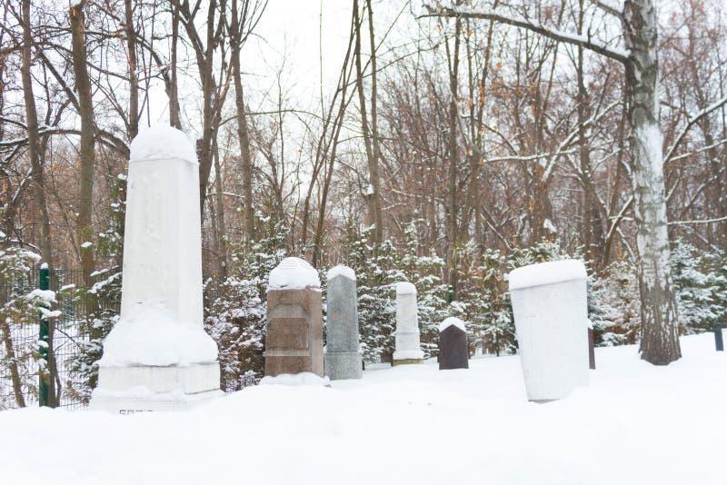 Vecchio cimitero spettrale alla notte fotografia stock libera da diritti