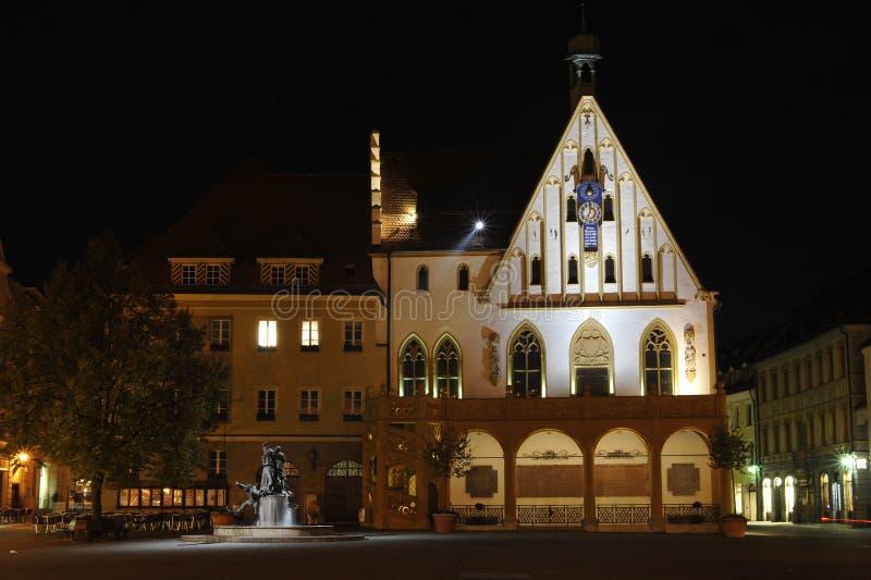 Vecchio città-corridoio alla notte immagini stock