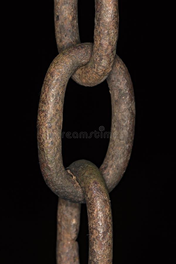 Vecchio collegamento a catena dettagliatamente con fondo nero fotografia stock