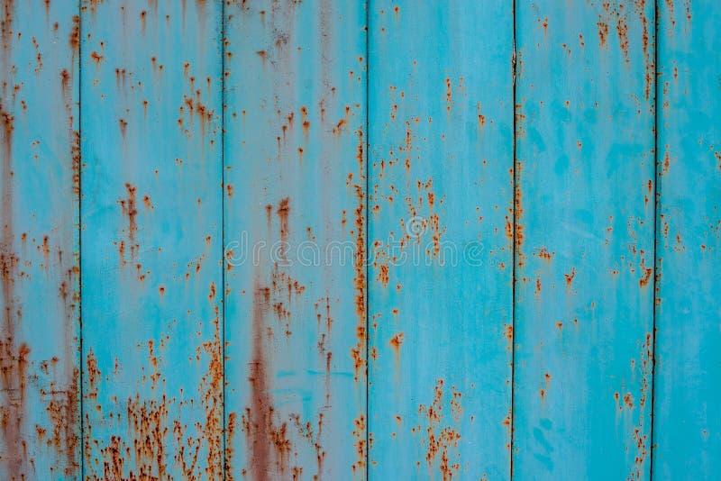 Vecchio colore dell'acquamarina del recinto del metallo con le tracce di ruggine fotografie stock