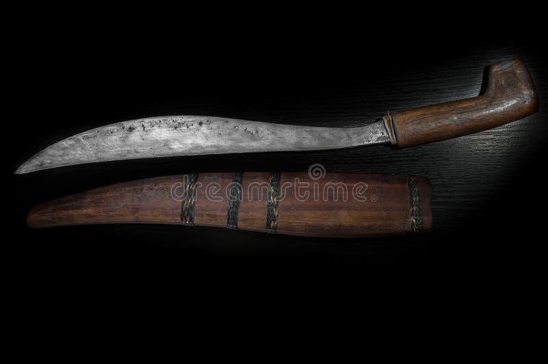 Vecchio coltello di combattimento della curva, scimitarra, lama curva, maniglia di legno, fondo nero fotografia stock libera da diritti