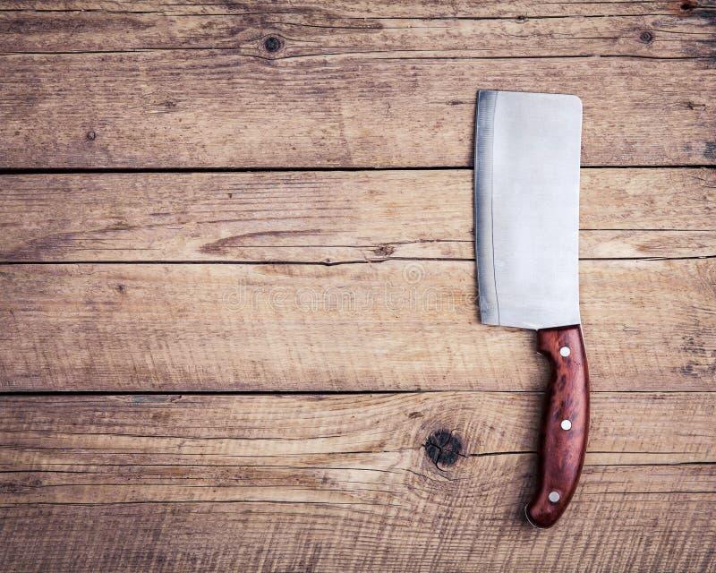 Vecchio coltello di macellaio, su fondo di legno Cucina, cucinante immagini stock libere da diritti