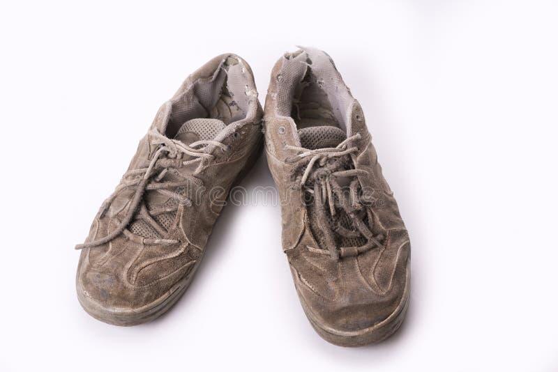 Vecchio consumi le scarpe di tennis isolate su fondo bianco immagine stock libera da diritti
