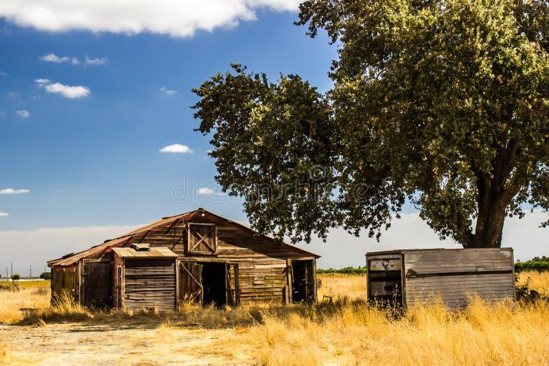 Vecchio contenitore di legno abbandonato del metallo e della tettoia immagine stock libera da diritti