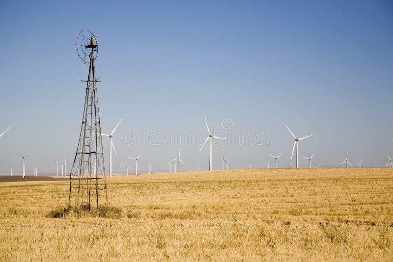 Vecchio contro i nuovi mulini a vento fotografie stock libere da diritti