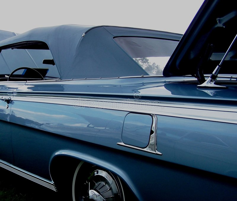 Vecchio convertibile blu immagine stock