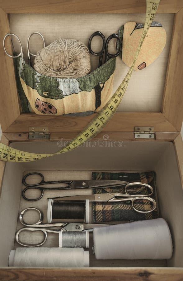 Vecchio corredo di cucito con le forbici e le bobine fotografia stock libera da diritti