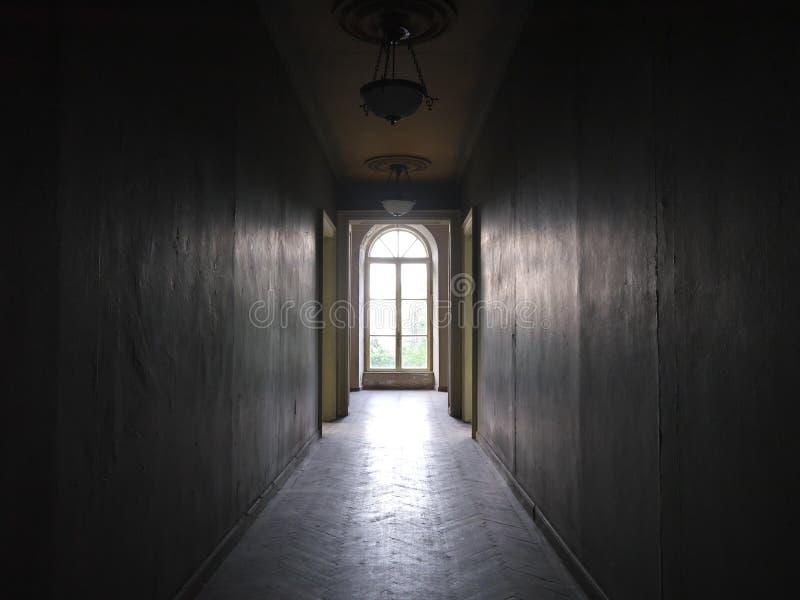 Vecchio corridoio della Camera verso una finestra fotografie stock