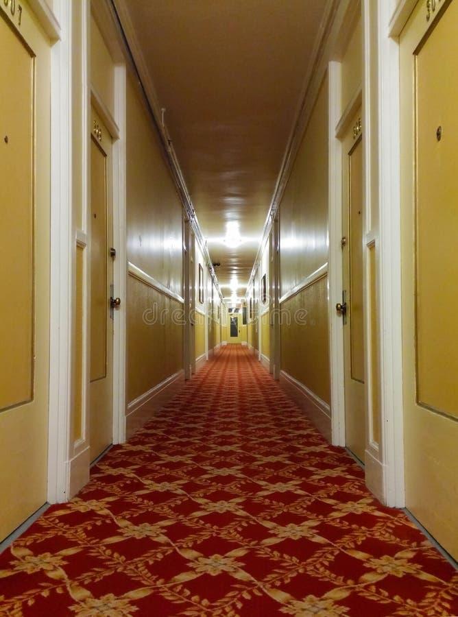 Vecchio corridoio lungo dell'hotel fotografia stock