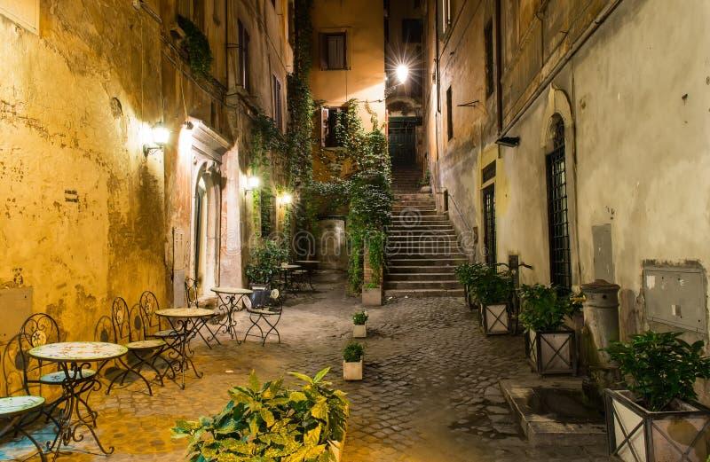 Vecchio cortile a Roma fotografia stock libera da diritti