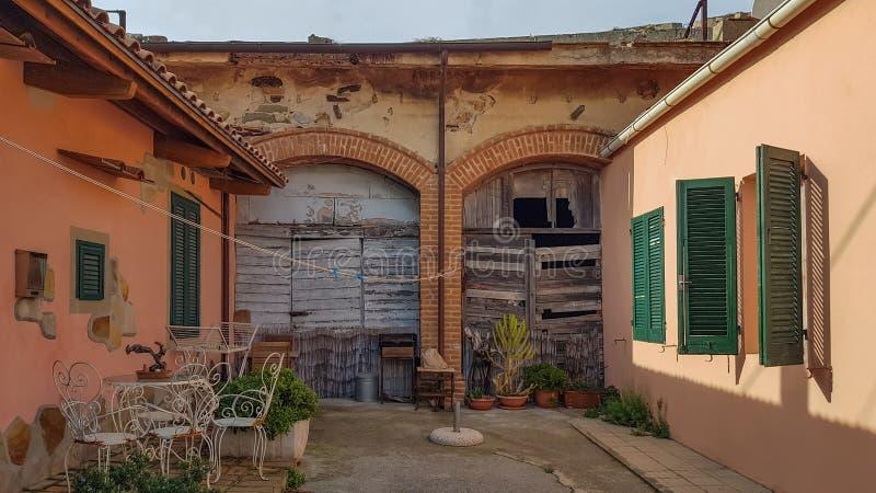 Vecchio cortile in un villaggio spagnolo fotografia stock libera da diritti
