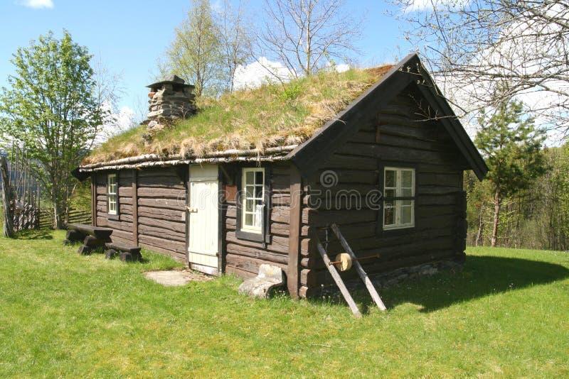 Vecchio cottage del legname immagine stock