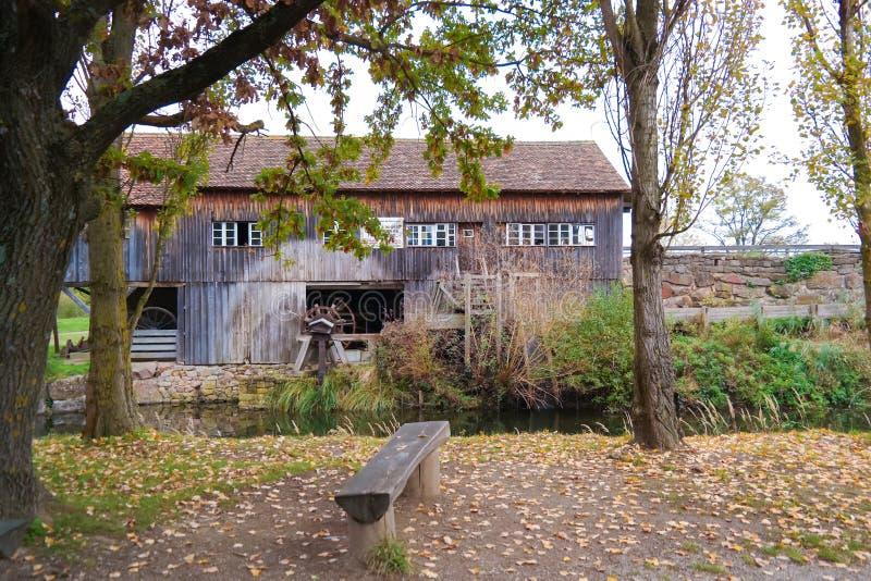 Vecchio cottage del legname con il grande albero nel lato del paese jpg fotografie stock